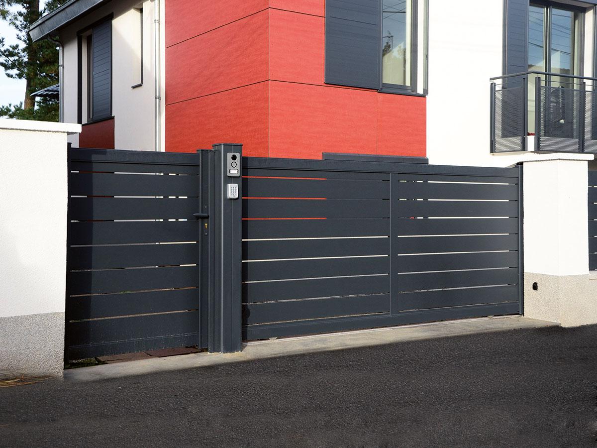 Portail aluminium Passiflore Côté portail